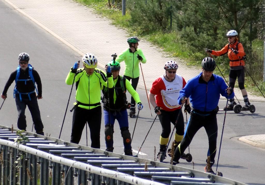 Fortgesschrittene Cross-Skater auf Tour